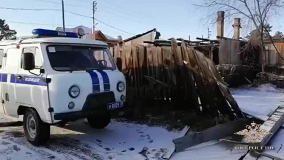 В Приангарье полицейские спасли из горящего дома детей и их родителей