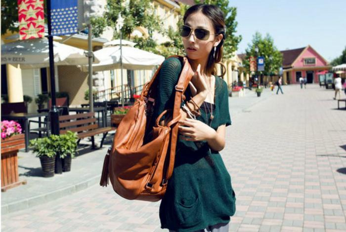 Ношение тяжелой сумке на одном и том же плече.
