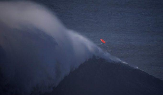 Покорение волн серфингистами в Португалии