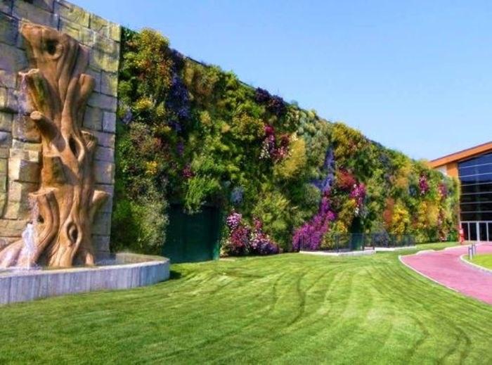 Огромнейший вертикальный сад.