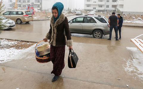 У женщин Туркмении отбирают …