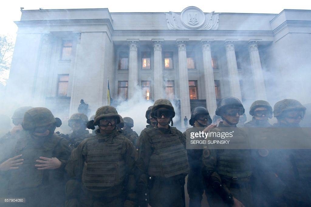 Киев, протесты против «особого статуса» для Донбасса.
