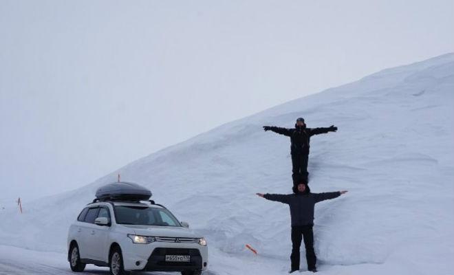 Снега выпало по крышу: водитель снегоуборщика из Мурманска записал видео