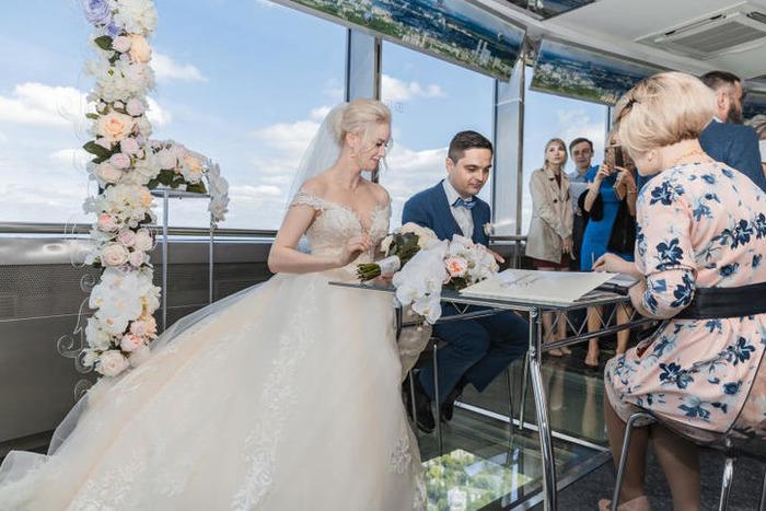 Свадьба на высоте более 300 метров.  /Фото: vm.ru