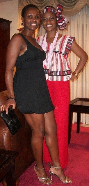 Синтия Лалли (справа) в одежде в традициях племени Овамбо