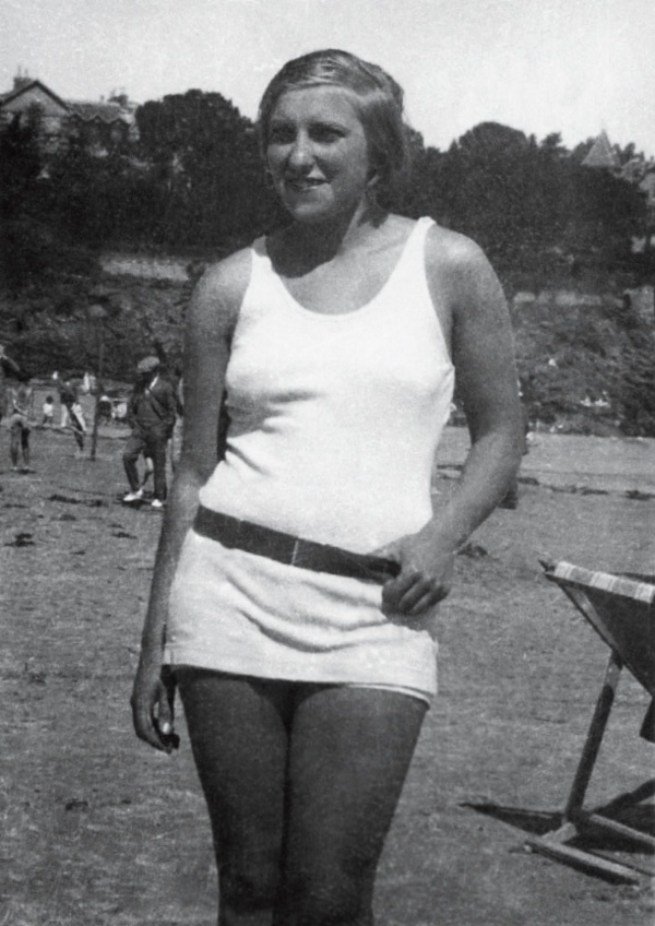 Мария-Тереза Вальтер на пляже, Динар, август 1928.