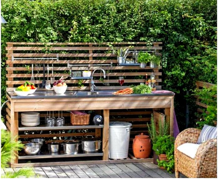 Летняя кухня из досок. | Фото: Pinterest.