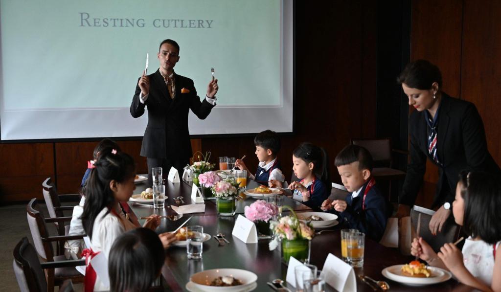 Создать идеального ребенка: чему обучают в школе манер детей китайской элиты за 389 долларов в час