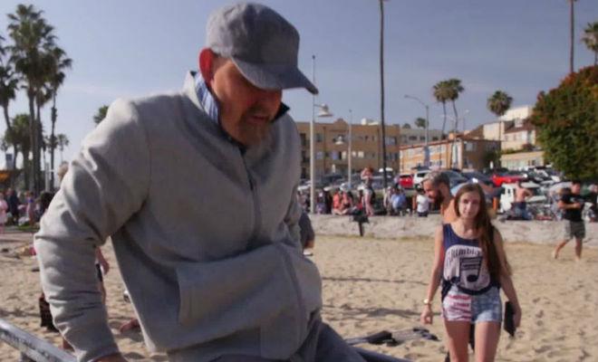 Мастер спорта переоделся в деда и пришел на пляжный турник: упражнения повторить не смог никто