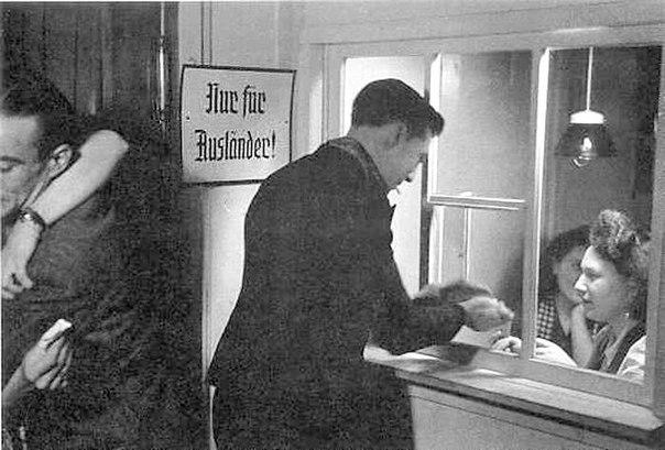 Вольнонаёмник расплачивается за проститутку. На стене табличка «Только для иностранцев!».jpg