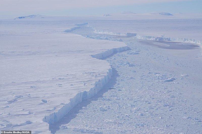NASA: от Антарктиды откололся гигантский айсберг
