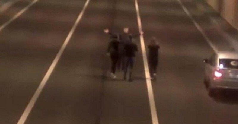 Селфи в тоннеле: автоцистерна чуть не переехала друзей, делавших фото