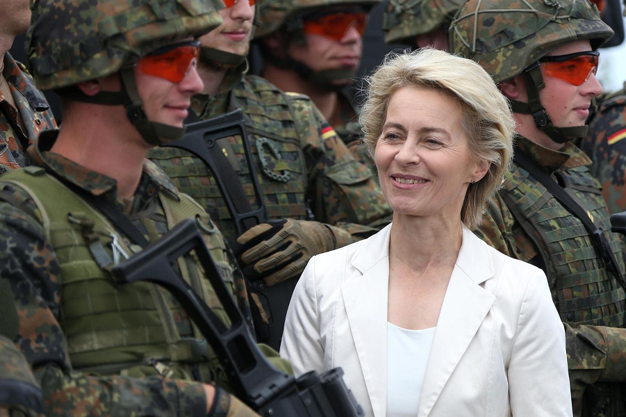 Урсула фон дер Ляйен, министр обороны ФРГ.png