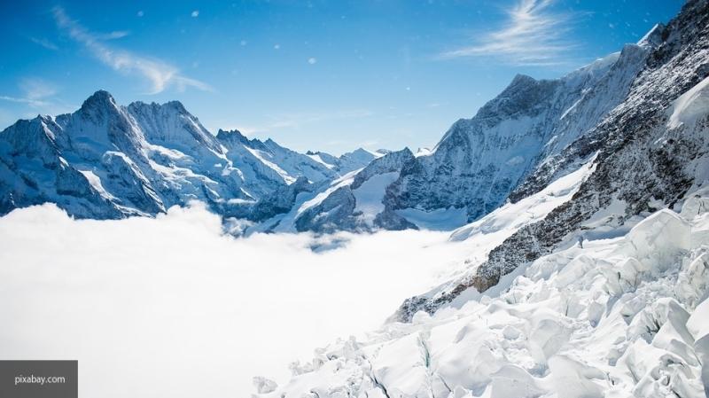 Отец во Франции полчаса откапывал сына из снежной ямы