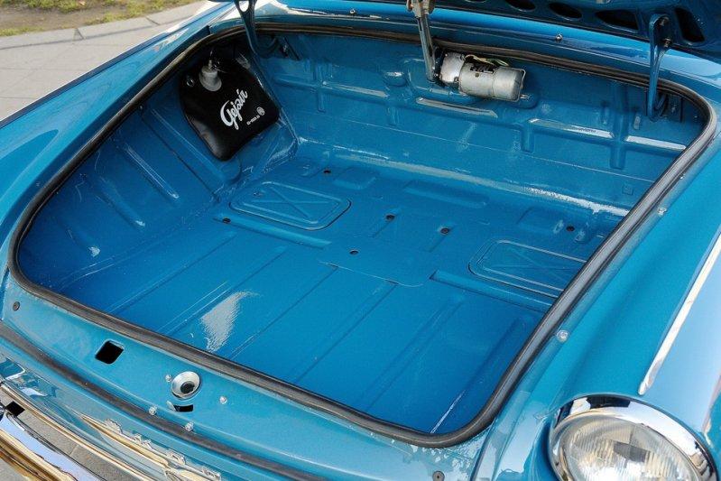 Для своего класса автомобиль выгодно отличался просторными салоном и вместительным багажным отсеком. Вот только находился он спереди. заднемоторная компоновка, седан