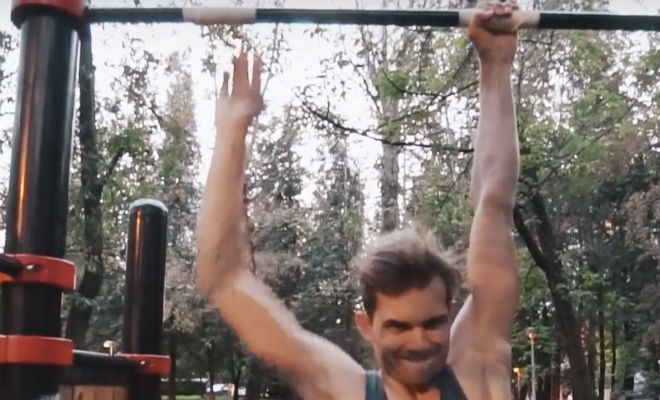 Висим на турнике 60 минут: спортсмен решил проверить себя и посмотреть, что будет с телом
