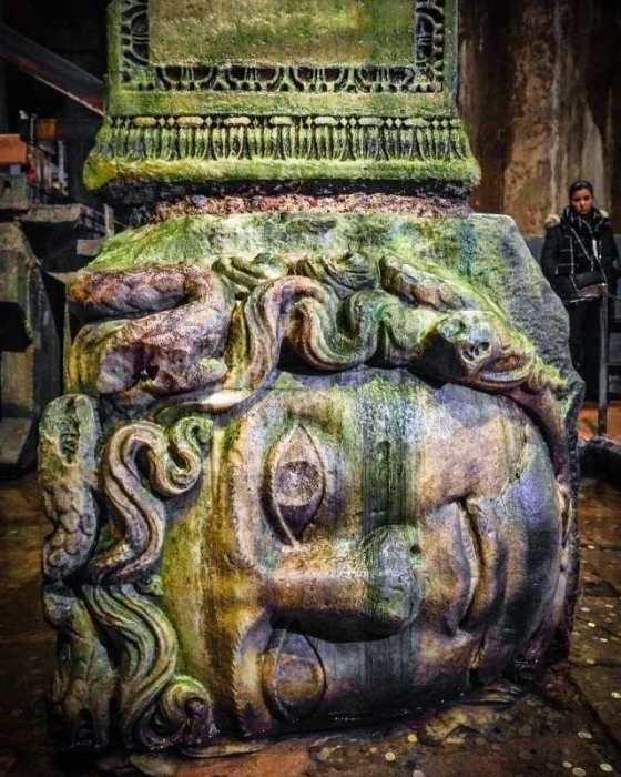 Одна из уникальных колонн Цистерны Базилики украшена головой Медузы Горгоны, которая лежит на боку (Стамбул).   Фото: turplay.ru.