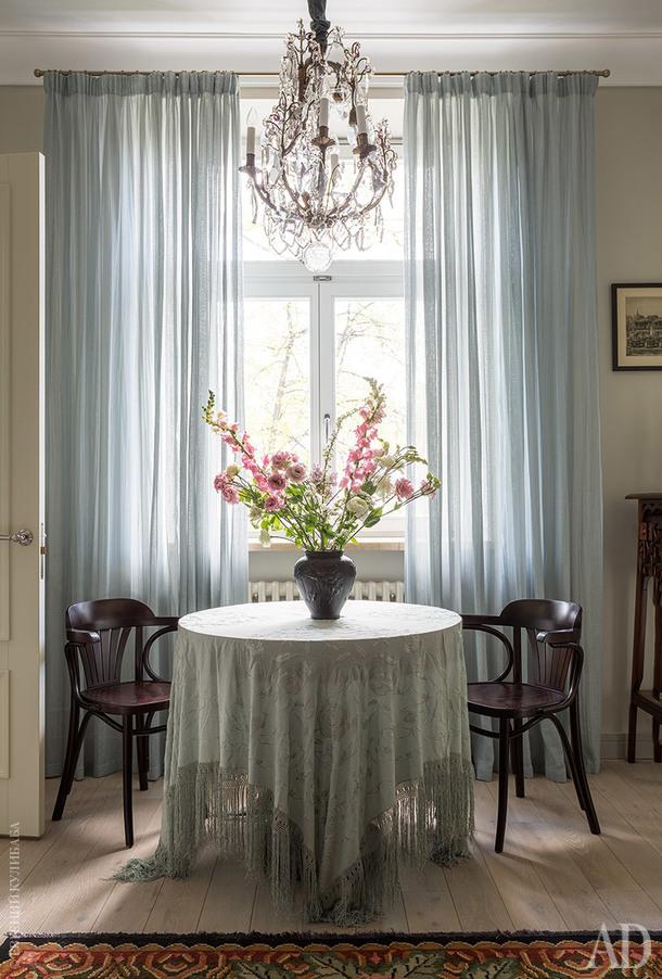 Обеденный стол сделан на заказ по эскизам Зуфаровой. На нем французская ваза начала ХХ века. Люстра XIX века тоже из Франции.