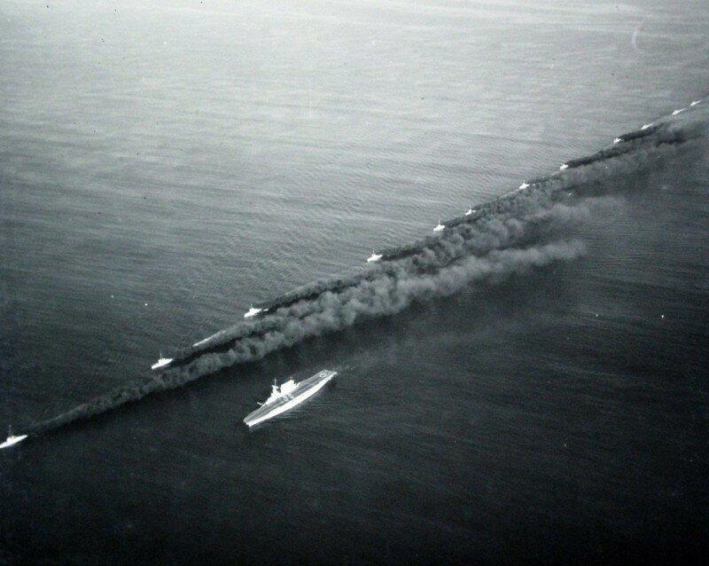 """Маскировка авианосца USS """"Lexington"""" (CV 2) путём постановки дымовой завесы эсминцами. 1932-1936-й гг. история, ретро, фото"""