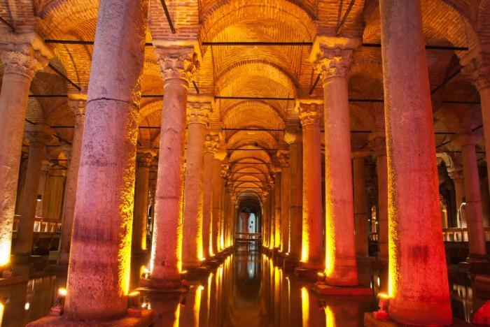 Специальная подсветка колонн делает подземное хранилище мистическим местом (Basilica Cistern, Стамбул).   Фото: istanbul-turkey.ru.