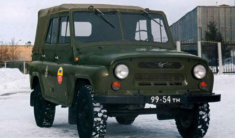 УАЗ-469 Вдохновляясь громким лозунгом «Догнать и перегнать Америку», советские автомобилестроители решили перегнать все страны вместе взятые. Желая утереть нос и английским Ленд-Роверам и американским Хаммерам, конструкторы принялись за проектирование принципиально нового внедорожника, одинаково подходящего как для военных, так и для гражданских нужд. Проект был готов уже в 1961 году, но серийное производство началось только в 72.  Несмотря на вялый старт, автомобили УАЗ сейчас считаются одними из самых популярных в мире. Вы наверняка не раз замечали УАЗики в голливудских боевиках, действие которых разворачивается на Ближнем Востоке или в Африке. Всего наш главный внедорожник экспортировался более чем в 100 стран мира и до сих пор производится в России в модернизированном виде под маркой «Хантер».