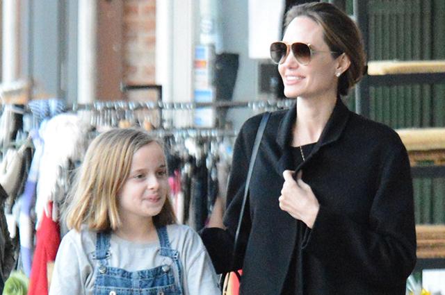 Счастливая Анджелина Джоли гуляет с дочерью, пока Брэд Питт проводит время с Дженнифер Энистон