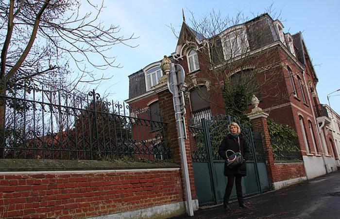 Мод Жюльен стоит у дома на севере Франции, в котором она провела свое детство.