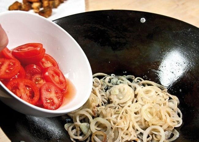 обжарка лука и помидоров для рыбной шурпы с поджаркой