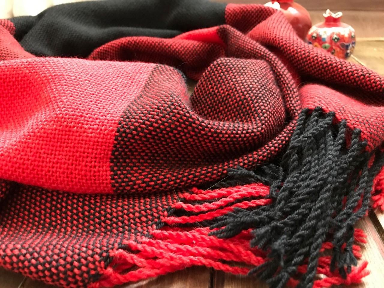 Королевское сочетание красного и чёрного: 15 шикарных образов