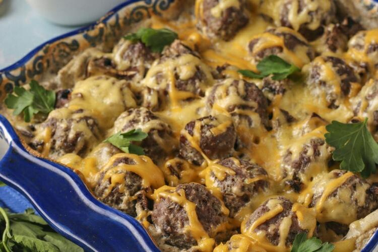 Картофель с грибами и фрикадельками: очень аппетитно и сытно