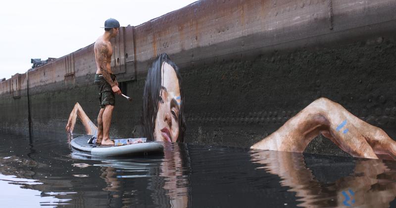 Художник рисует потрясающие картины у воды, стоя на доске для серфинга.  Какая красота!