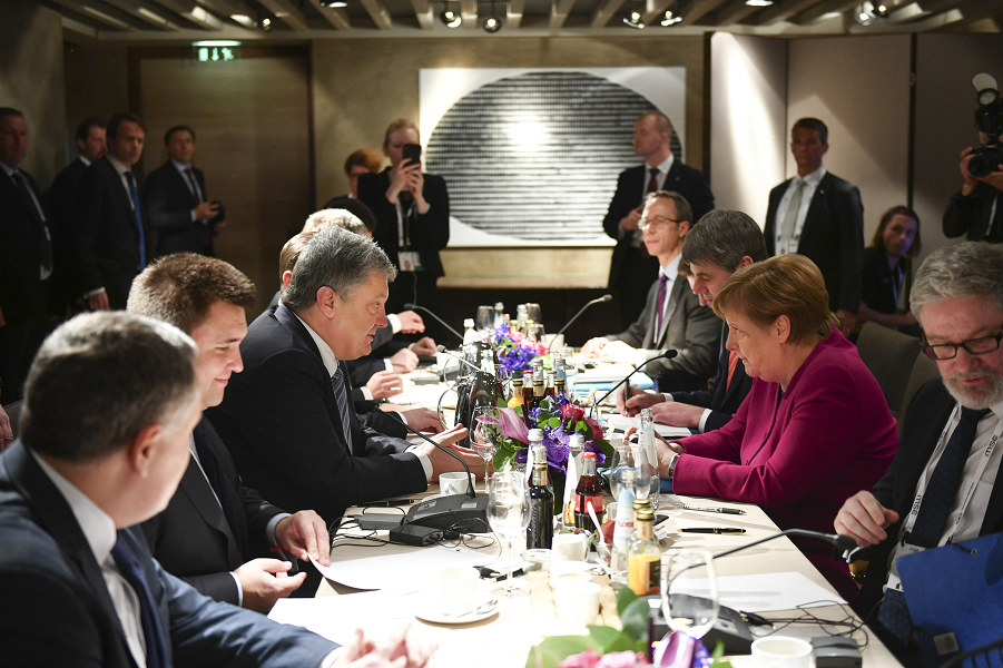 Переговоры Меркель с Порошенко на Мюнхенской конференции по безопасности, 16.02.19.png