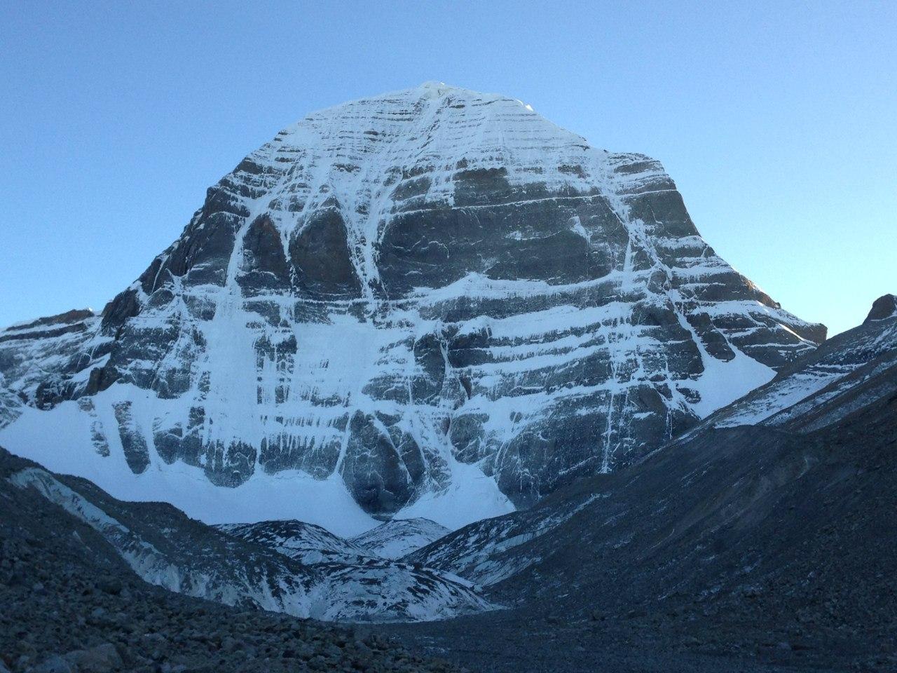 встретила священная гора в тибете кайлас фото пальто красный рюкзак