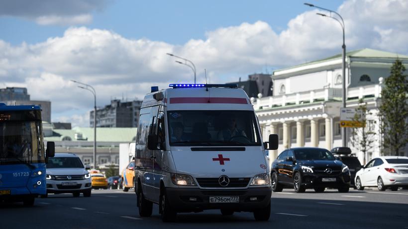 Три автомобиля столкнулись на Кремлевской набережной в Москве