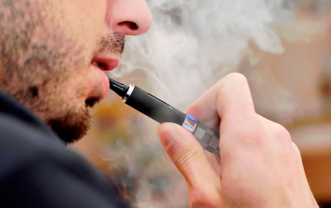"""""""Дочка"""" РЖД запретила курение электронных сигарет в поездах"""