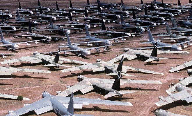 Тысячи самолетов стоят под открытым небом на поле размером с город