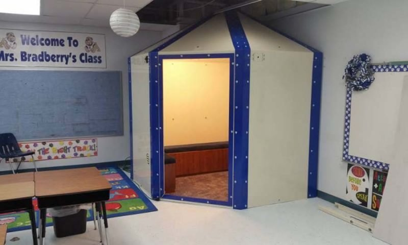 Вот как выглядят пуленепробиваемые укрытия, которые принялись устанавливать в некоторых школах США в мире, дети, люди, пуленепробиваемый, укрытие, школа