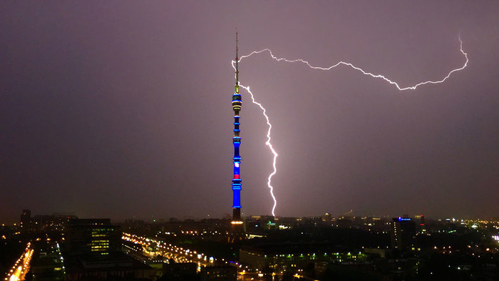 Башня, как и любая высотка, постоянно страдает от попадания молний.  /Фото: gazeta.ru