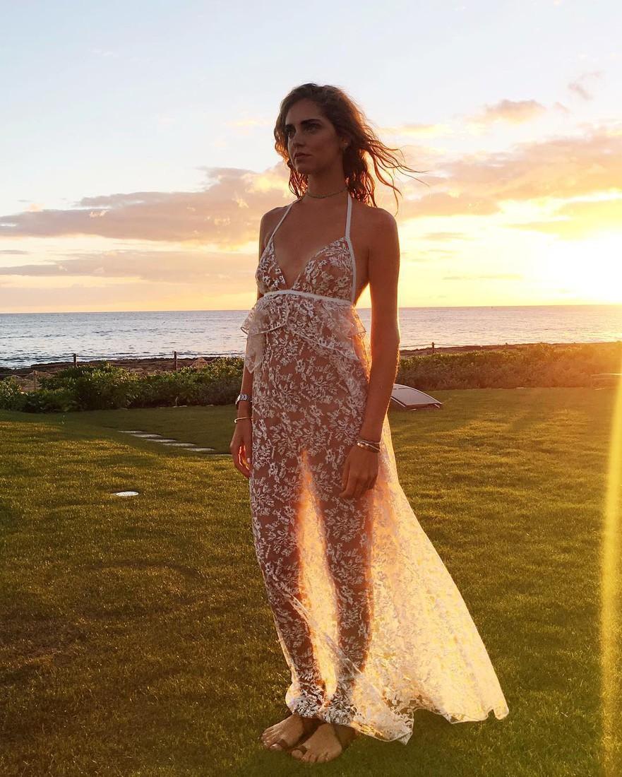 Фото женщины в платье просвеченное солнцем