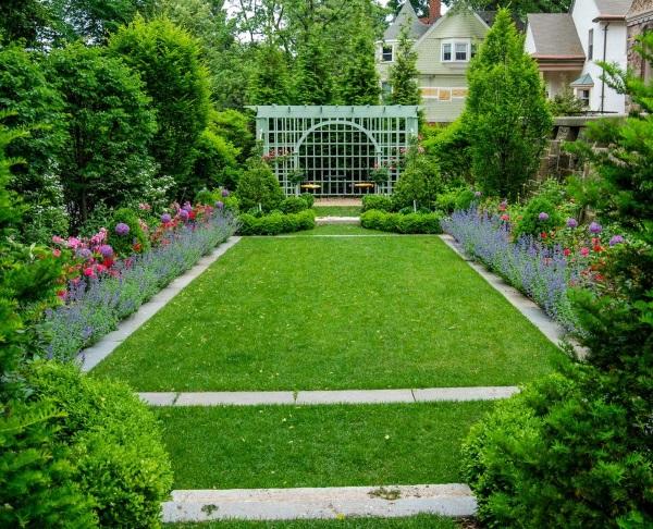 Дизайн проект двора частного дома в деревне - цветы в саду