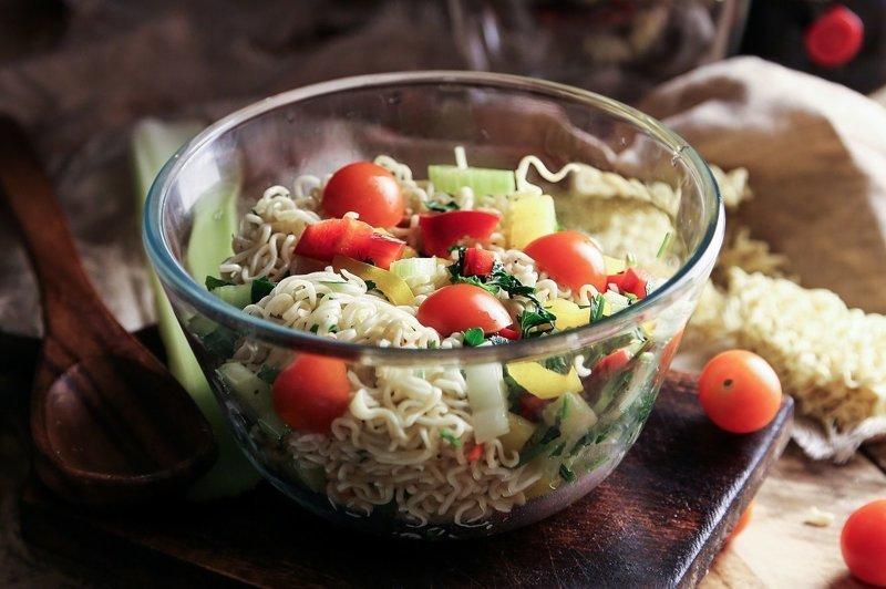 2. Салат из лапши вкусно, доширак, еда, лапша, рецепт