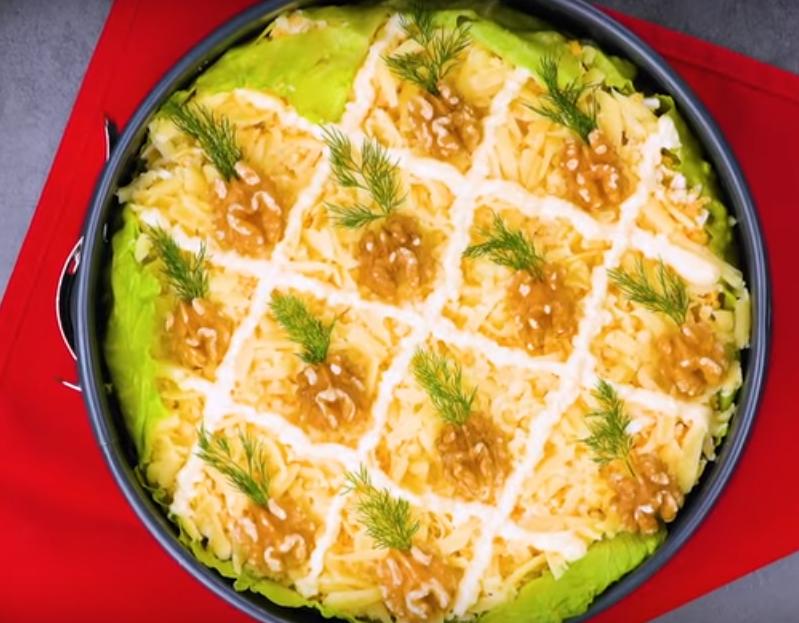 Аппетитный салат с курицей и ананасами