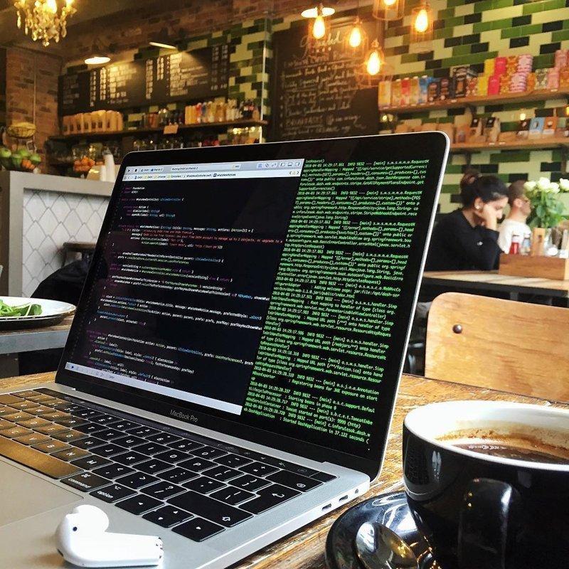 Технический прогресс и развитие интернета освободили множество людей из «офисного плена» компьютеры, программисты, рабочие места, фото