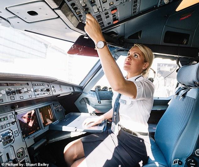 Покорительницы небес: девушки-пилоты из Великобритании рассказали о буднях в кабине самолета пилот, «Британских, своего, авиалиний», лайнера, самолетом, вспоминает, метров, оставаться, высоте, женственной, говорит, пассажировмужчин, воздушного, когда, часто, самолета, работают, красавицы, легком