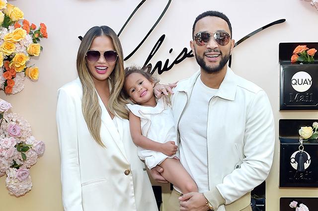 Крисси Тейген с мужем Джоном Леджендом и дочерью на презентации собственной коллекции солнцезащитных очков