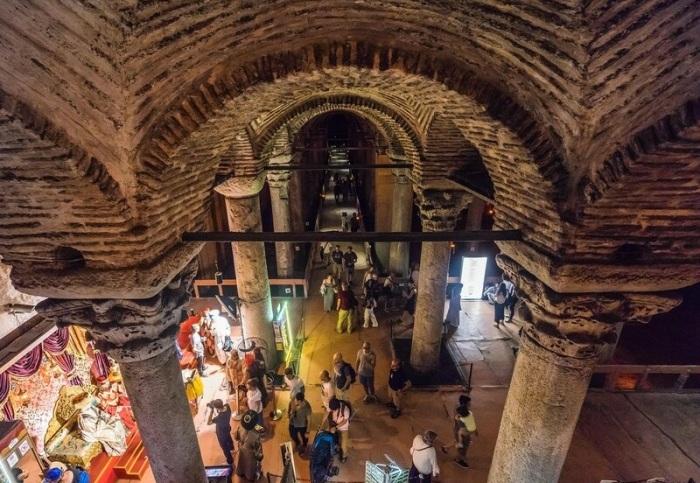 Преодолев 52 ступени, посетители попадают в подземный дворец, который служил обычным водохранилищем (Basilica Cistern, Стамбул).   Фото: vladimirdar.livejournal.com.
