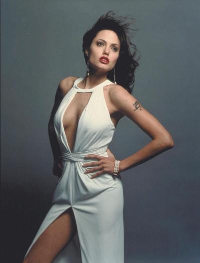 """Анджелина Джоли. Звезда актрисы засияла на небосклоне кинематографа в 90-х. Актриса пленила зрителей своим талантом и красотой. Чувственными губами """"как у Анджелины"""" мечтали обзавестись девушки во всем мире. А мужчины просто тихо вздыхали, мечтая о неприступной красавице."""