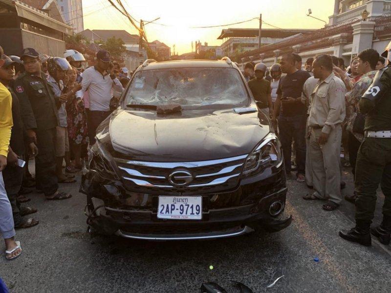 В Камбодже толпа остановила автомобиль виновника ДТП и закидала камнями