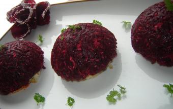Салат из свеклы и копченой рыбы