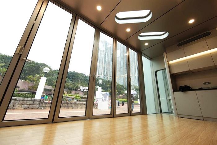 Панорамные окна и раздвижные стеклянные двери обеспечивают свободный доступ солнечного света (Alpod, Китай). | Фото: designboom.com.